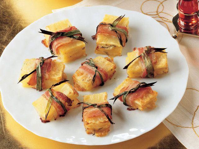 Dana Bacon ve Pırasaya Sarılı Patates  Patateslerin kabuğunu soyun. Dikdörtgen şekli vermek için kenarlarını düzeltin. Patateslerden 5 mm kalınlığında 36 dilim kesin. 1 çorba kaşığı dolusu sirkeyle tatlandırılmış kaynayan tuzlu suda patates dilimlerini 12 dakika haşlayın. Süzdükten sonra soğumaya bırakın. Pırasanın yapraklarını ayırıp yıkayın. 1 çorba kaşığı zeytinyağıyla…