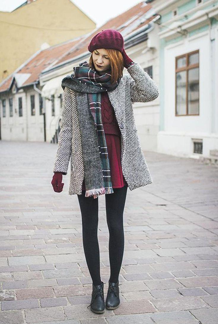 Conjunto abrigo gris, falda y jersey morado, zapatos negras y bufanda estampada #misconjuntos #conjuntomoda #modafemenina #ropamujer #modainvierno #combinarropa
