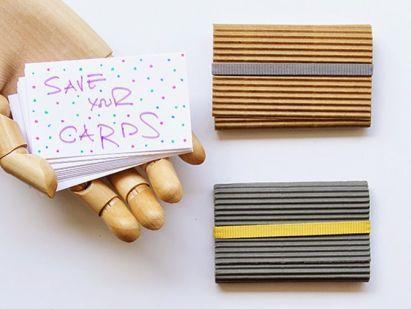 Aprenda a seguir como fazer porta cartão de visita de papel passo a passo, para organizar a sua mesa ou a sua bolsa. Com esta peça você sempre terá os seus cartões à mão, e de forma bem organizada. Sugestão de Porta Cartão de Visita de Papel Para fazer este útil e barato artesanato você …