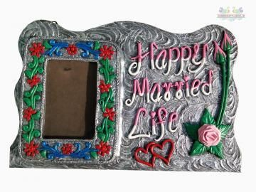 Your list of unique gifts for your friends can include this delightful photo frame. This comes in a rectangular shape.The soothing grey color makes it look really charming indeed. Made up of wood and the decoration on the photo frame is done by clay with differetn colors and artificial stones