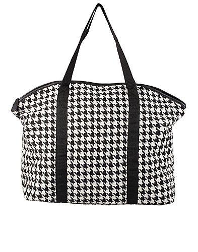 Shoppinggväska i textil med hundtand mönster från PIECES. Remmar fram- och baktill. Väskan försluts med dragkedja och innehåller tre fack varav ett för mobil och ett med dragkedja. Tillverkad av 100% Polyester.