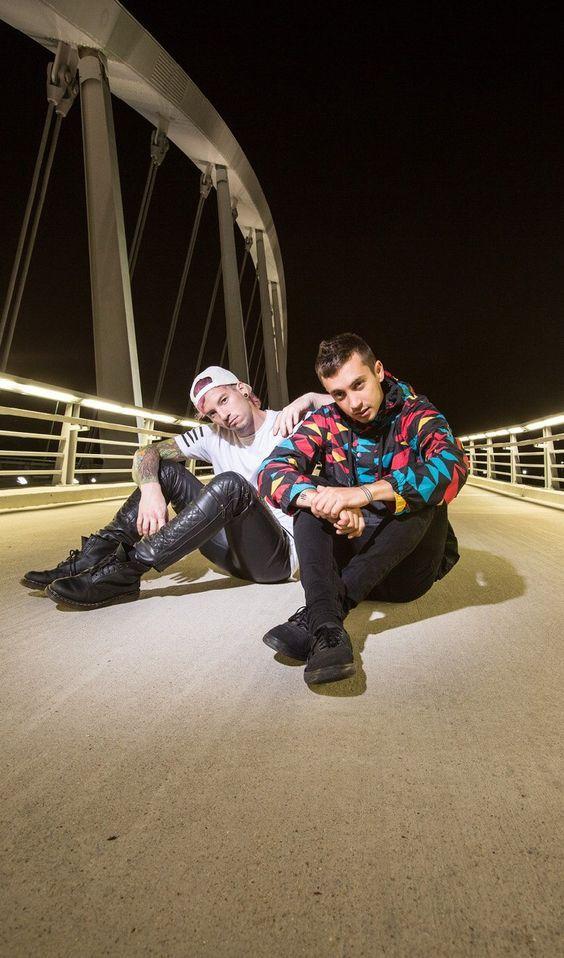 Twenty One Pilots é um duo americano originário de Columbus, Ohio. A banda foi formada em 2009 e é composta por Tyler Joseph e Josh Dun.