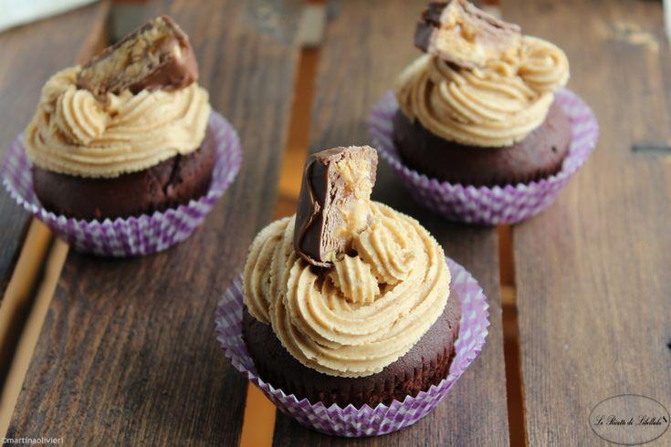Cupcake con cuore di Snickers :http://blog.giallozafferano.it/ricettedilibellula/cupcake-con-cuore-di-snickers/