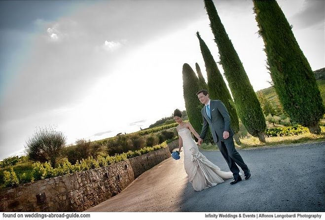 I adore this image of Reshma & Christopher's wedding in Tuscany Italy captured by Alfonso Longobardi Photograpahy | weddingsabroadguide.com