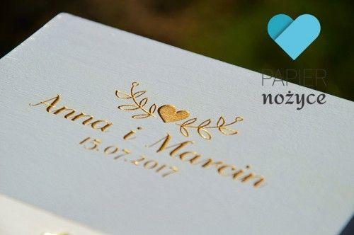"""""""Heart"""" - Personalizowane Pudełko na obrączki. Wieczko szkatułki zdobią złote imiona Pary Młodej, data ślubu oraz ornament z serduszkiem."""