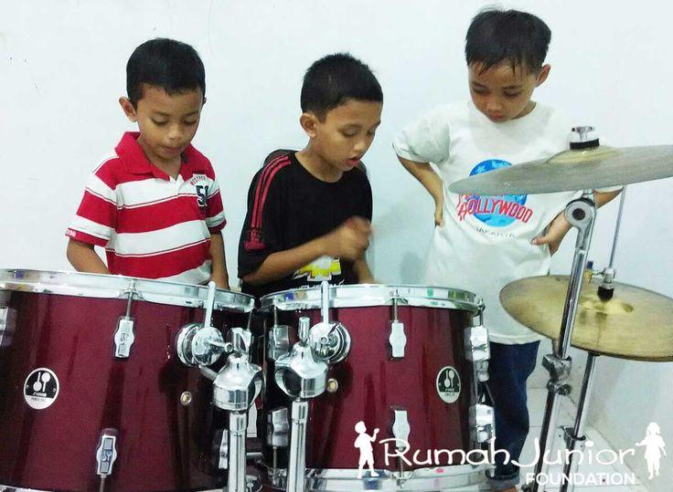Rumah Junior hari ini mengajarkan kelas Musik GRATIS  bagi anak-anak Pra-sejahtera pada pukul 13.00 - 16.00 WIB.  Bertempat di Ruko mutiara taman palem blok A-17 No. 38,  Cengkareng, Jakarta Barat, Indonesia