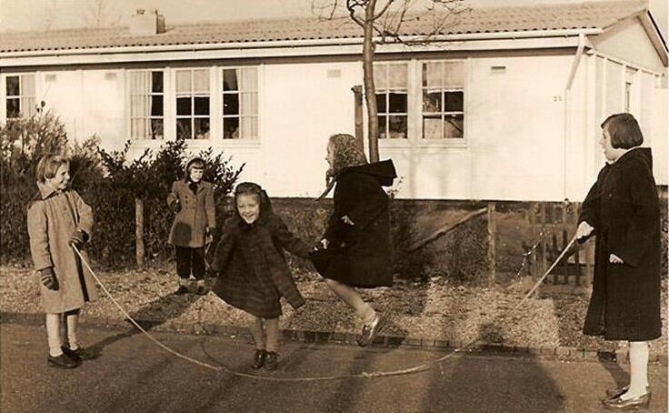 touwtje springen.  gelukkig waren er toen nog geen p.c.´s en computerspellen zodat we altijd heerlijk buiten konden spelen.