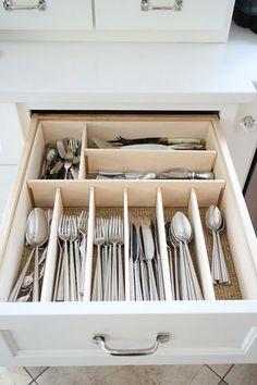 Cucharas grandes, cucharas pequeñas, tenedores y otra sección para: abridor de botellas, revolver huevos, cortar papas y hacer chicharritas. Total: 4 secciones