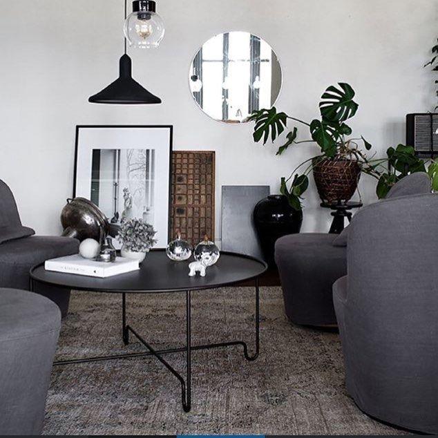 Vackert inrett vardagsrum hos @daniellawitte! Bordet kommer från kollektionen Coco Collection och är framtaget i plåt och stål. Hemskt snyggt tycker vi med den lite råa känslan som bordet ger Bild lånad från: daniellawitte.elledecoration.se #cocoglobesoffbord #carolineekdesign #soffbord #confidentliving