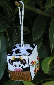 Rosalie a le plaisir de vous présenter son vachekipick ! La petite coquette a assorti l'extérieur à sa robe... La laiterie est derrière ! J'espère que vous aussi vous aimerez sa petite maison...