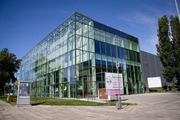 Hala Expo-Łódź to budynek wyjątkowy - wzniesiony z zastosowaniem najnowocześniejszych ekologicznych rozwiązań, wykorzystujących między innymi alternatywne źródła energii pozwala zaliczyć go do najważniejszych tego typu obiektów w kraju, wzniesionych w ostatnich latach. #ExpoLodz