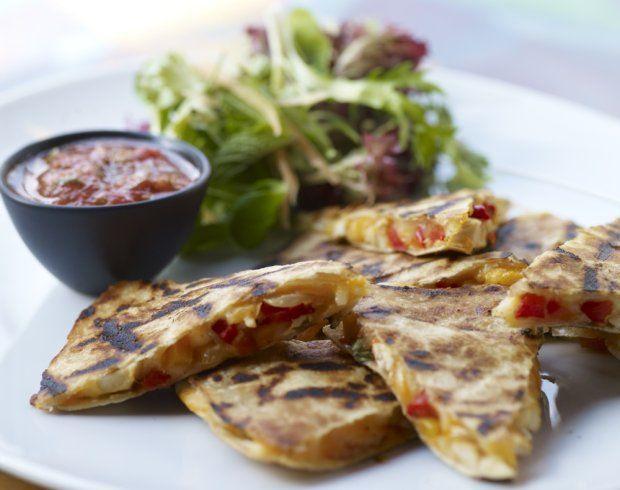 Co dziś na obiad? Proponujemy meksykańskie klimaty, czyli quesadille. Jako dodatki polecamy pomidorową salsę oraz czosnkowe łódeczki, a w ramach deseru - smakowitą mrożoną kawę z truskawkowym musem.