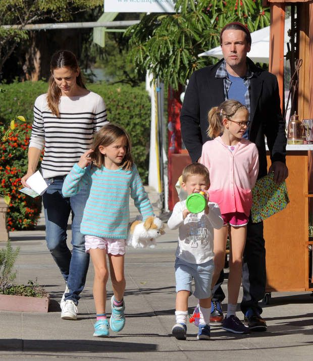 Ben Affleck and Jennifer Garner with kids (son Samuel, 5, and daughters Violet, 11, and Seraphina, 8.)