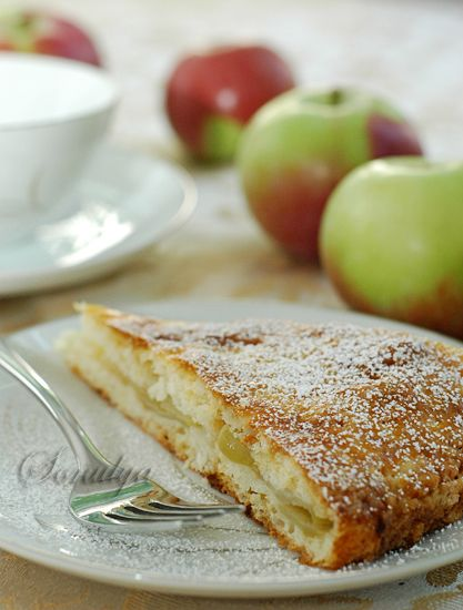 Что может быть лучше в пасмурный, дождливый день чем кусочек сочного яблочного пирожка? Тесто: 1 стакан сахара 2 стакана муки 200 г. xoлодного масла или маргарина 200г творога 2 яйца 2 ст. л. крахмала 1 ч.л. соды, погасить уксусом Начинка: 2-3 яблока нарезать дольками. 3-4 столовых ложки сахара…