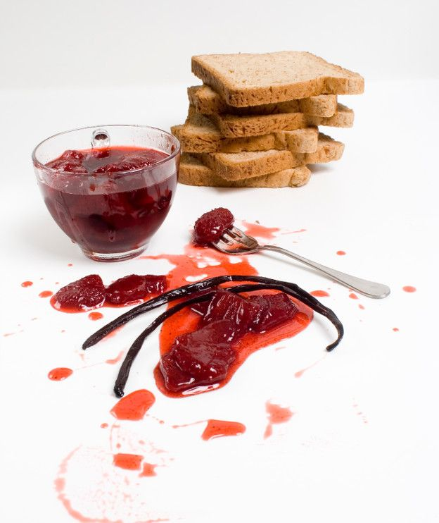 500 γρ. φράουλες 250 γρ. ζάχαρη 1 κλωναράκι βανίλιας, κομμένο κατά μήκος στη μέση
