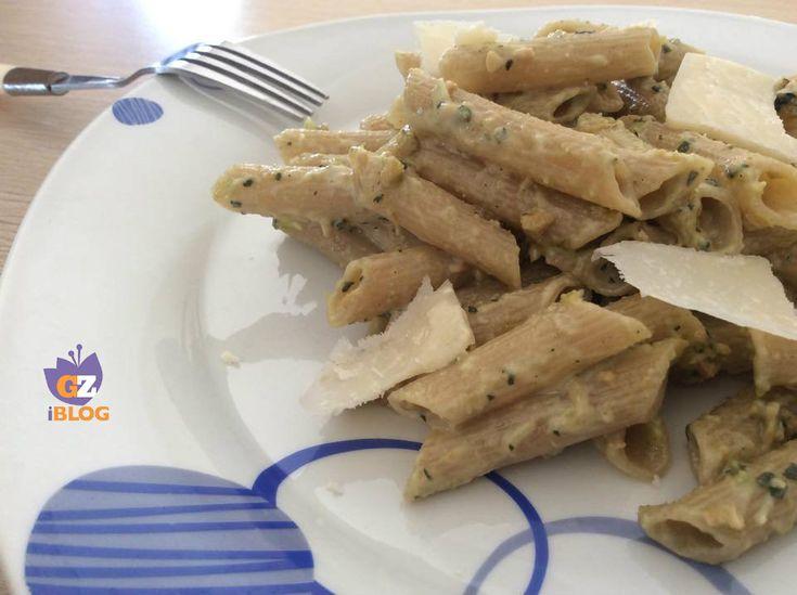 Il pesto alle mandorle è una deliziosa variante del classico pesto con basilico e pinoli. Questo pesto lo potete usare per condire la pasta o per la pasta fredda, è molto versatile e facilissimo da realizzare.