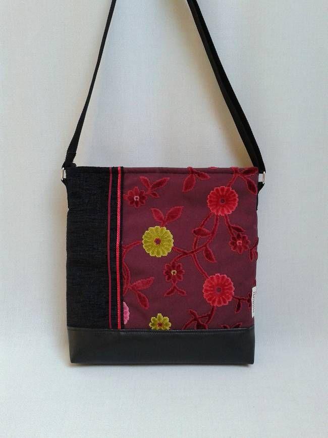 #Fekete és #bordó #szövet kombinációjával készítettem ezt a táskát, mely ugyanúgy mosható, mint minden Monimi termék. A bársonyos virágok kiemelkednek a textúrából, ezáltal szinte életre kelnek rajta, jól feldobva egy borús #őszi nap hangulatát. Daily-bag 17 női #táska