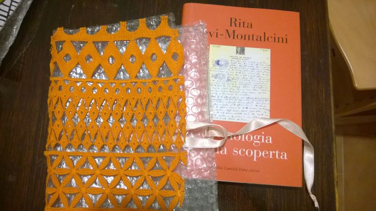 Pluriball e stoffe preziose e fantasiose cucite assieme per creare originali porta libro, porta cd e porta regalo in genere! Reuse and chic