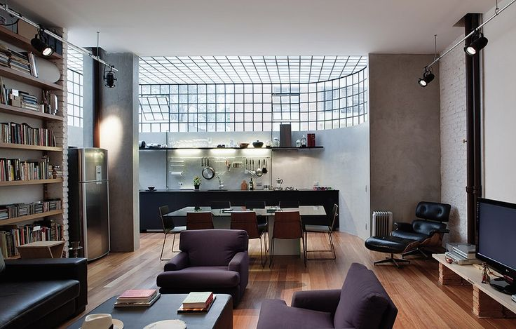 O arquiteto Juan Pablo Rosenberg deu novo uso ao apartamento térreo. Na reforma, ele demoliu todas as paredes e o teto de estuque que escondia a tubulação de gás. Com isso, ganhou 1,30 m de altura no pé-direito, antes com 2,60 m