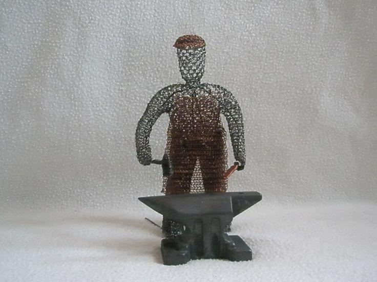 kovář Slavata Svého prvního kováře jsem zhotovil pro přítele Zdeňka Slavatu - kováře z Kytína. Je zhotoven z černého železného drátu, zástěra z drátu měděného a kovadlina od pana Vaníčka ze Smržovky je zinková.