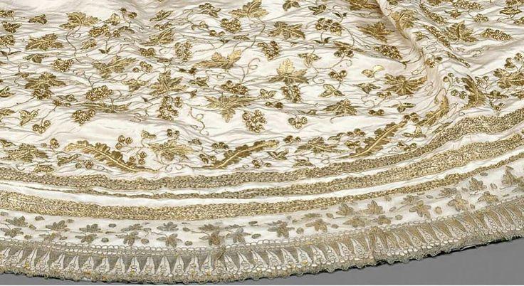 Traino appartenuto alla principessa Sissi, indossato al suo matrimonio il 24 Aprile del 1854 sopra un abito di seta bianca con ricchi ricami in oro e argento.  Questo traino fu conservato da sua figlia, l'arciduchessa Marie Valerie e oggi è custodito da  Kaiserliche Wagenburg di Vienna.