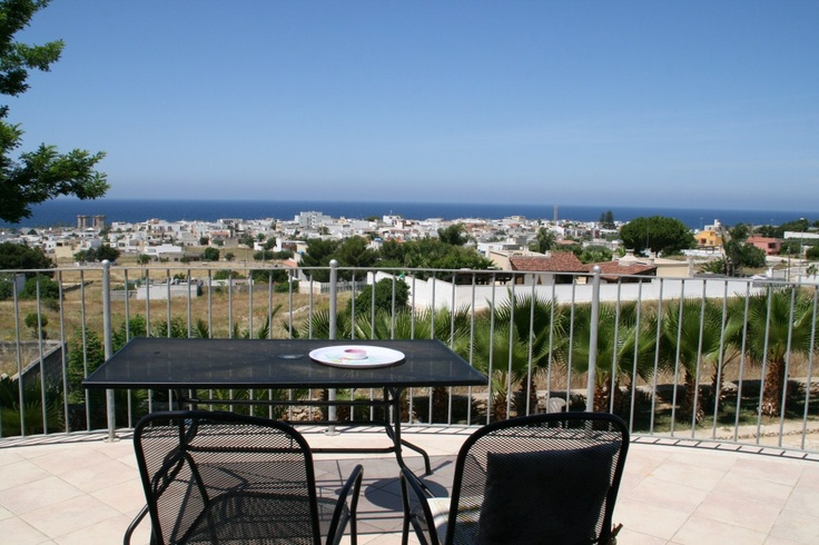 This magnificient villa offers a superb sea view together with a comfortable outside space. Consisting of 360 sqm of covered area on three levels, it boasts an entrance living room, studio,  habitable kitchen, 5 bedrooms, 3 bathrooms, balconies, roof terrace and garden. Great location, only 700mt from the sea, 4 km from Nardò and Galatone, 8 km from Gallipoli, 25 km from Lecce and 75 km from Brindisi International Airport.