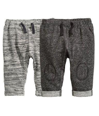 BABY EXCLUSIVE. Een broek van zachte joggingstof met elastiek en een drawstring in de taille en een vastgestikte omslag onder aan de pijpen.