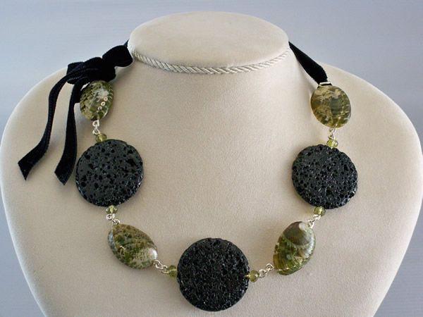 Un nastro di velluto completa questa collana formata da piccole conchiglie Haliotis che si alternano a pietra lavica e cristalli Swarovski - Natura e Argento - ARICCIA (Roma)