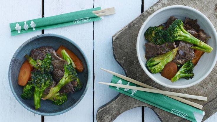 Lynstegt oksekød med gulerødder og broccoli er en lækker asiatisk opskrift, se flere kødretter på mad.tv2.dk