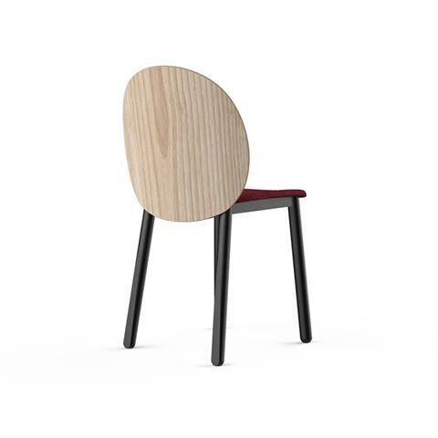 «Si dice che una sedia debba essere bella soprattutto nella vista posteriore perché la maggior parte delle volte che verrà vista sarà accostata ad un tavolo, offrendo di sé allo sguardo proprio quella parte.» HALO design Odo Fioravanti Design Studio for VERY WOOD #newcollection #newchair