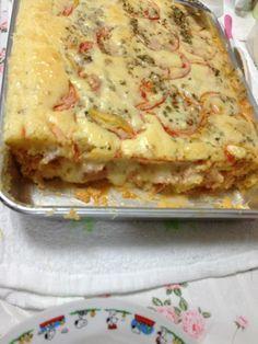 Ingredientes: Massa: , 5 ovos , 2 xícaras e 1/2 de leite , 3/4 xícara de óleo , 1 colher de fermento , 2 xícaras de trigo , 3 colheres de queijo ralado , Recheio: , 500 g de salsicha , 200 g de queijo mussarela , 1 lata de molho de tomate , Queijo ralado , Orégano ,