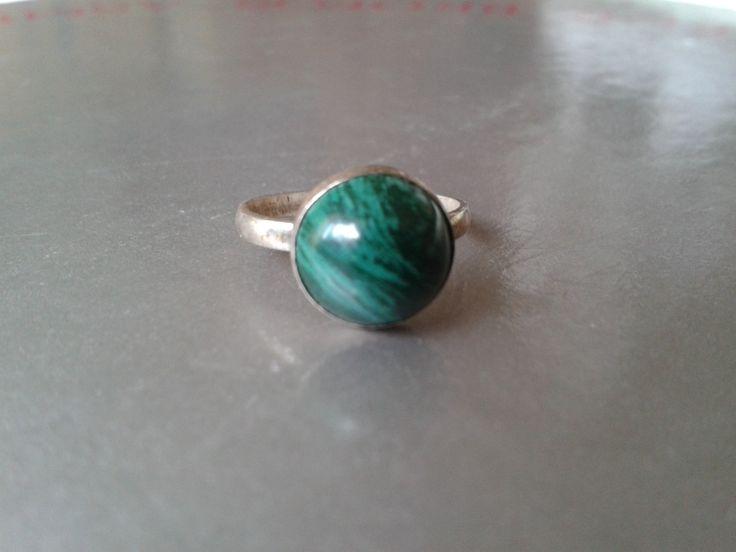 Silver ring w. green round malachite stone