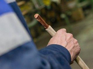 Дешевый кабель – желание многих подрядчиков, которые далеко не всегда задумываются о технических характеристиках изделий и безопасности людей. Причиной многих пожаров становится именно фальсифицированная электропроводка, которая отличалась той желаемой низкой ценой.   Доказать это сложно, а ведь гибнут, страдают люди, имущество. Тем, кому нужно приобрести проводку, следует запомнить, что отечественный кабель не может быть дешевым! Эксперты это доказали.