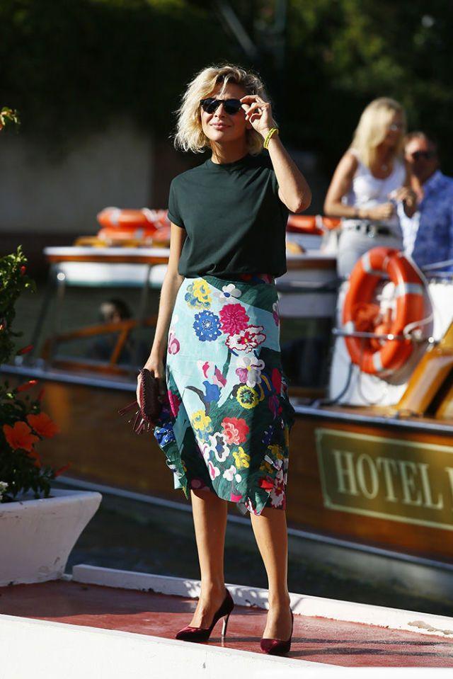 Venezia 2017: come abbinare t-shirt + gonna? Questo look dell'arrivo in Laguna di Jasmine Trinca lo spiega molto molto bene