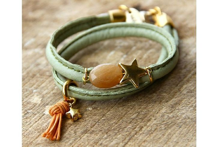 """Stitched Lederen Wikkelarmband Mintgroen Ster   Deze wikkelarmband is gemaakt van stiched leer in de kleur mintgroen en is voorzien van een ovale half-edelsteen in de kleur """"peach"""", een speels perzikkleurig kwastje, het Bazou embleem en een grote en kleine goudkleurige ster. De armband gaat 2x om de pols. #bazou #bracelet #armband #wrap #star #rendezvousofstyle"""