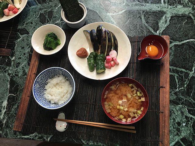 朝ごはん:ぬか漬け(水ナス、ラディッシュ、きゅうり)、梅干し、ほうれん草のおひたし、たまご、海苔、ご飯、味噌汁(ジャガイモ、ネギ)