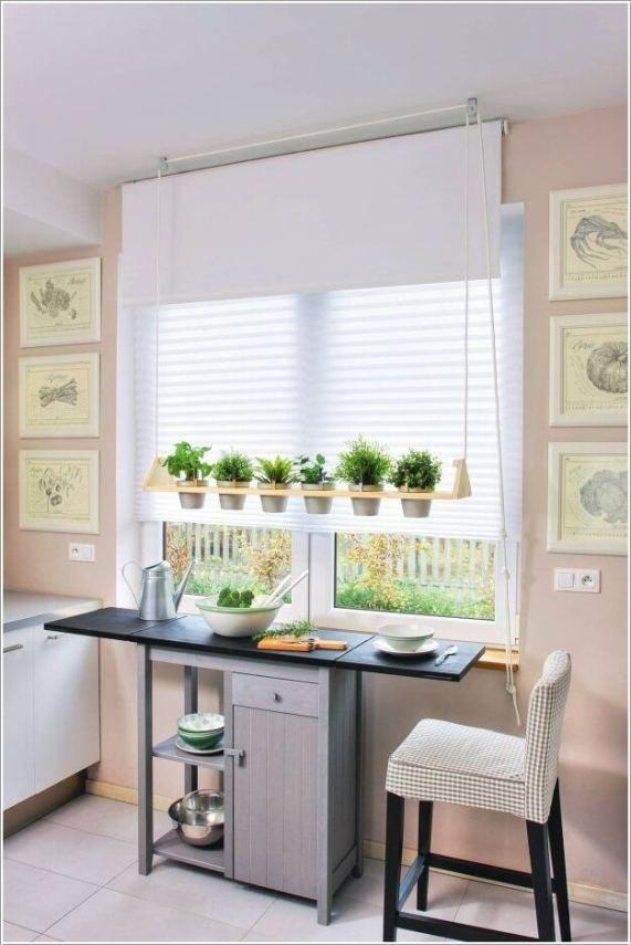 Praktikus kis étkező konyhai ablak alatt, látványosan elhelyezett fűszernövényekkel