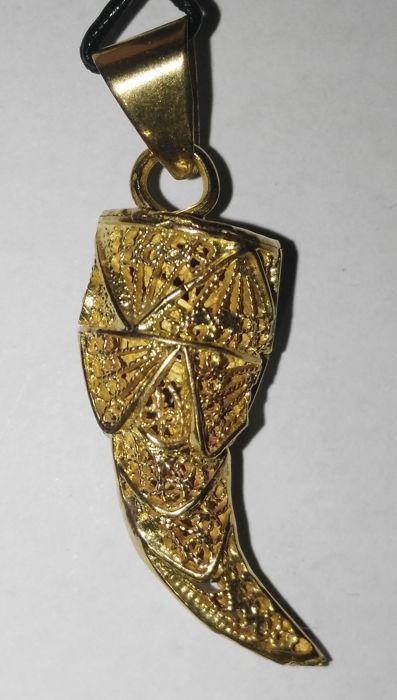 18 kt goud - Lucky cornicello in goud filigraan - 42 cm.  Zware gelukkig cornicello in 18 kt gouden filigraan.Handgemaakte.One-of-a-kind prachtige en moeilijk te vinden op de markt.Type: hanger.Jaar: 1978.Vakmanschap type: filigraan.Metaal: 18 kt goud.Afmetingen: 4.2 x 13 cm.Gewicht: 7.10 g.Voorwaarde: uitstekend.De hanger wordt geleverd met een zwart lederen ketting zoals in de foto's.Verzending met methoden en prijzen aanbevolen door Catawiki.Foto's: De foto's nauwkeurig vertegenwoordigen…
