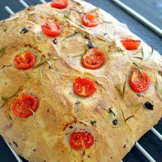 Dette madbrød endte med at blive helt fantastisk lækkert. Jeg bagte brødet som tilbehør til et oste-pølse bord sammen med de nemme Ciabatta flutes. Egentlig ville jeg lave det italienske madbrød med tomater og rosmarin på toppen, men så så jeg et glas oliven midt under bagningen og kombinerede så …