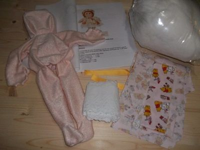 Il Kit della bambola Linda. Linda è alta circa 46 cm. E' tutta scolpita ad ago: piedi, caviglia, dietro ginocchio, ginocchio, mani, sederino, ombelico e volto. Rossella Usai