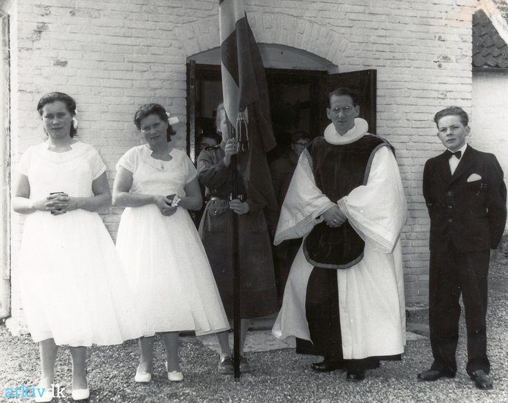 arkiv.dk   Askø Kirke - konfirmation i 1959  Pigerne er Reinholt og Helga Nielsens tvillinger Inge og Birthe. Endnu nogen grandkusiner Præstens messeskjorte er syet af Kirsten Elisabeth Jensen.