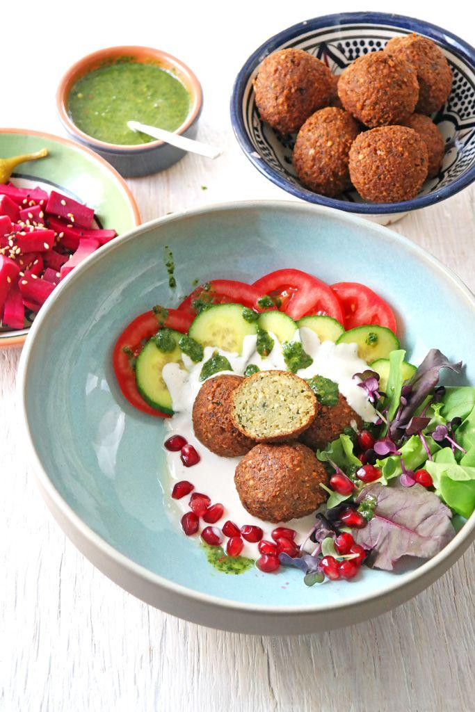 Hand aufs Herz: Den besten Falafel gibt es beim Libanesen an der Ecke. Doch mit etwas Geduld kann man auch zu Hause leckere Falafel machen.