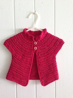 A lovely little crochet cardigan for baby. What a cute ruffled collar. #freepattern available in Ravelry.
