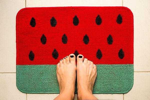 Não coloque o pé na jaca, coloque na melancia!  É mais bonita, colorida e dá mais sorte, pelo menos se for esse tapetinho de melancia! Espia como faz: http://goo.gl/4on9gm