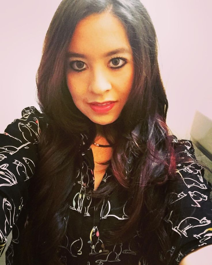 Balayage caoba rojizo intenso. Beautiful HaIr Style. Cute Make Up natural and simple. Green eyes. Red lips.