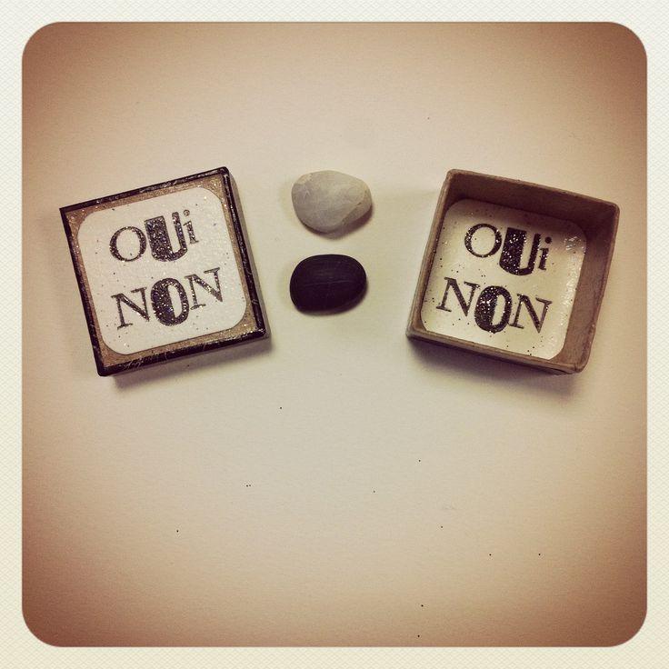 """La boîte à prendre des décisions contenant la pierre qui dit OUI & la pierre qui dit NON . """"Lorsque tu veux vraiment une chose, tout l'univers conspire à te permettre de réaliser ton désir"""", avait dit le vieux roi."""