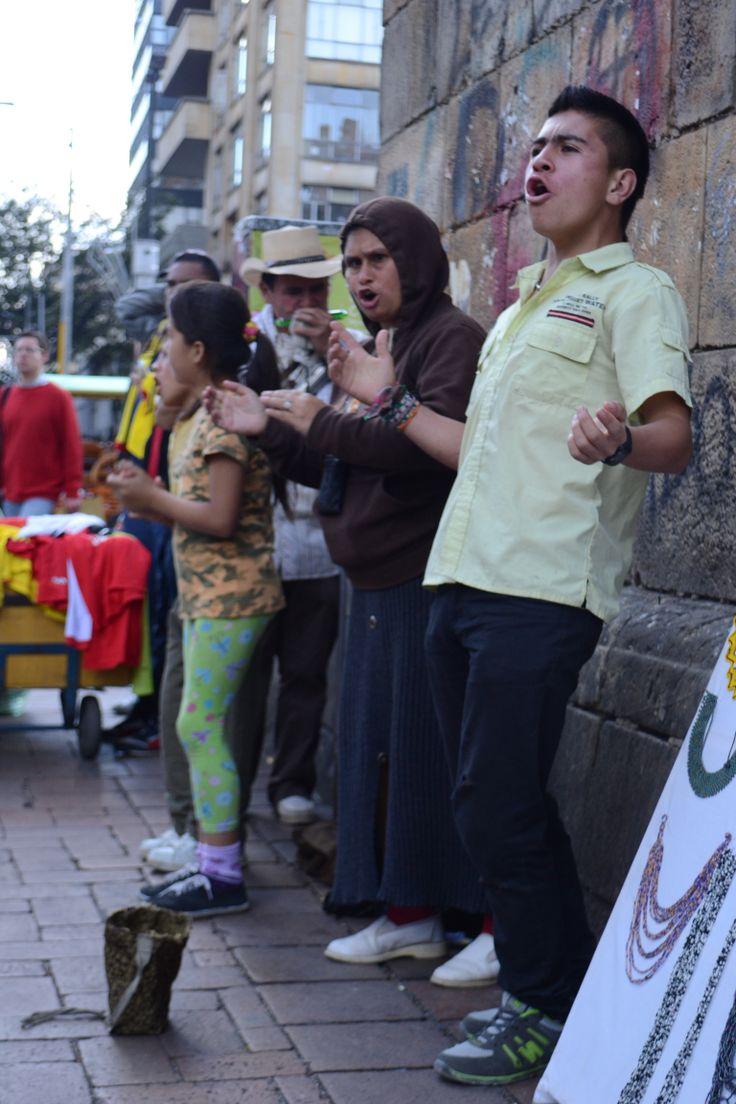 Muchas personas procuran ganarese la vida cantando en las calles.