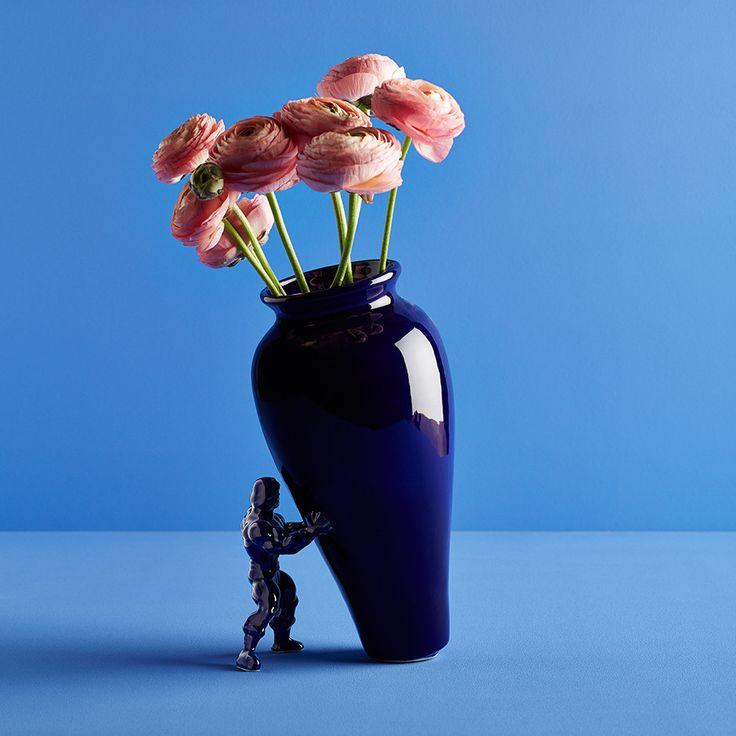 Haal een echte eyecatcher in huis met de My Superhero vaas. De schuine vaas wordt ondersteund door je eigen superheld. Volledig handgemaakt van keramiek. De vaas is verkrijgbaar in verschillende bijzondere kleurbewerkingen. Jasmin Djerzic heeft