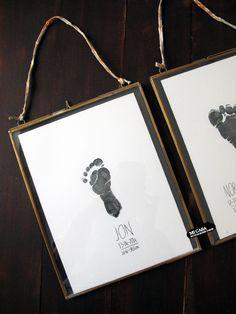 Cuadro de nacimiento DIY con huellas de bebe. Baby foot print. DIY birth announcement | Blog www.micasaencualquierparte.com