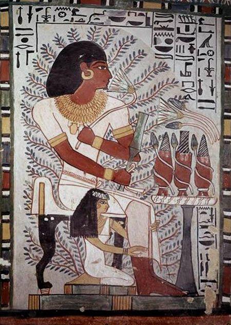 Cette peinture murale située à Thèbes en Égypte nous montre très bien quel type de vêtements les Égyptiens avaient l'habitude de porter. Ici, nous pouvons remarquer qu'ils portent tous les deux une sorte de tunique blanche. De plus, le personnage du haut semble porter un collier, des boucles d'oreilles, des bracelets et une chaîne de taille en or. Tandis que le personnage du bas semble plutôt porter un bandeau dans ses cheveux ainsi que des bracelets de couleur noir.